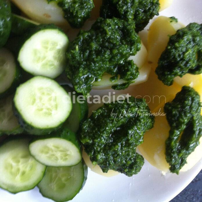 Zielony sos z ziemniakami i ogórkiem małosolnym