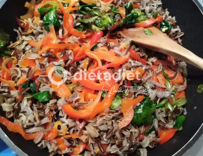 Dziki ryż z papryką i roszponką